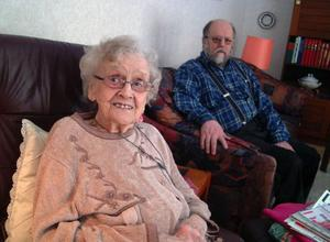 Anna Jonsson, 93, Kälarne, har efter en hjärtinfarkt för första gången fått uppleva ett lasarettsbesök. På bilden tillsammans med sonen Johnny.