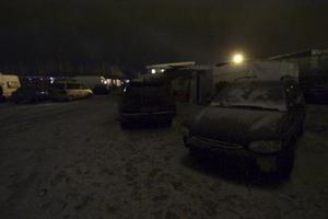 Husvagnslägret ligger i mörker sedan kommunen, av säkerhetsskäl, stängt av strömmen.