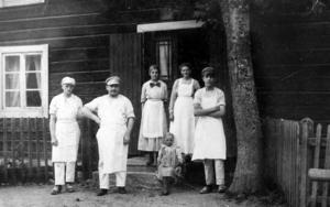 Bagarfamilj. I mitten längst fram står Johan Lundgren som startade bageriet 1915, farfars far till Görel och Kaisa-Lena som i dag driver det. Till vänster om honom står systrarnas farfar Adolf.