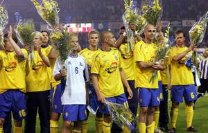 Klappat och klart. Kim Källström, Fredrik Ljungberg, Henrik Lasson, Teddy Lucic och de andra tog emot folkets hyllningar på Råsunda. Fredrik Ljungberg passade på att ge bort tröjan, medan Zlatan hade kramkalas.
