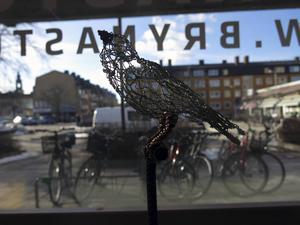 Anna Nyberg Pudelzons fåglar av hönsnät flyger i Galleri Brynästorget.