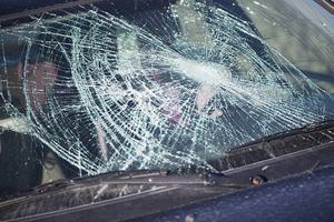 Rutan till bilen hade krossats. Bilrutan på bilden har inget samband med texten.