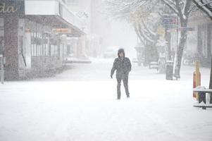 I går kom vintern till Borlänge. Snön yrde på morgonen och flanörer på stan som hann före snöröjarna fick pulsa i snön.