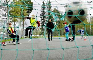 Johan Andersson jobbar som parkeringsvakt för dagen, i pausen passar han på att mäta hastigheten på några skott med fotbollen.