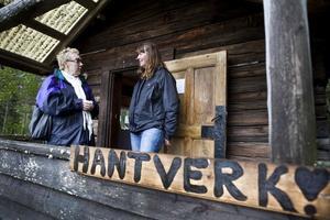 Karina Vidahl tillverkar smycken av pärlor, här har hon besök av KarinBirgit Holst från Ljusne, till vänster.