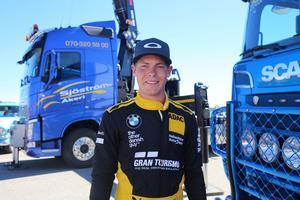 Victor Bouveng, internationell racingförare på plats på Motorsportens dag i Hudiksvall tillsammans med svenska landslaget i bilsport.