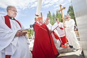 Biskop Björn Fjärstedt välsignade korset på Svartberget under en högmässa på söndagen.