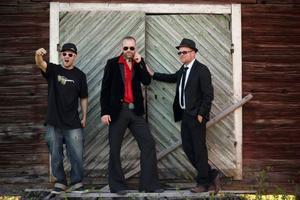 Erik Edlund, Stefan Edfeldt och Göran Backlund utgör tillsammans bandet Ducks Can Groove. I dagarna släpper de en ny EP och snart kommer de stå på scen under en gitarrfestival i Polen. Här hemma kan du höra dem på Jazzköket 11 december.