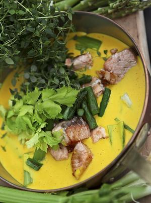 Fiskgrytan är läckert gul av saffran. För att färg och smak ska bli maximal stöter vi saffranet med lite salt innan det åker i grytan.