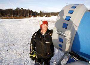 Bosse Nelander ingår i staben som fixar skidspåren i Funäsdalen. Han berättade att det under naten var fem minus grader vilket räckte till att göra snö på konstgjord väg.– Men det bästa är att det är kallare än minus sex. Då ger kanonerna bättre effekt.