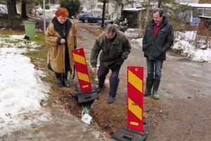 Riitta Nilsson, Bror Nilsson och Bosse Birgersson ställer sig frågande till varför det kan dröja upp till en månad innan den relativt klena kabeln kan lagas.