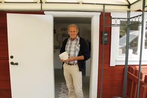 Keramikern Björn Nordén med sin nya Roslagskruka.