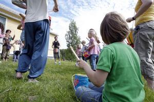 Barn fick lära sig att trumma taktenligt när de sedvanliga kurserna i samband med Hovrastämman inleddes.
