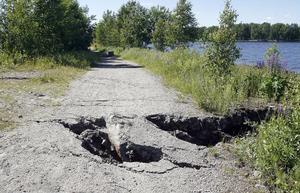 Hålen är runt två meter djupa. Ramlar en människa ner är det inte säkert att denne kan ta sig upp utan hjälp.