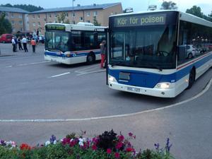 VL-bussar körs fram för en eventuell evakuering i Norberg under måndagskvällen.