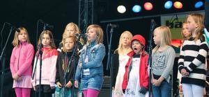 Tonseglerna sjöng på Hökartorget.