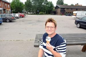 NJUTER AV GLASS. Katharina Larsson från Hållnäs njuter av en mjukglass på torget. Hon är en av dem som tycker att det är rörigt på parkeringen.