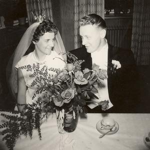 Barbro och Sture Petterson, Tierp, firade guldbröllop 14 juni tillsammans med barn och barnbarn.
