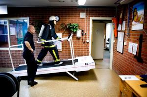 Adam lyckas bra i fysiktestet som görs två gånger varje år. Testet utförs i åttagradig lutning på löpband med 24 kilogram utrustning på kroppen.