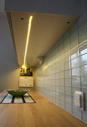 Den här slingan med ledlampor har tejpats upp under köksskåpen. Den är på 12 watt vilket motsvarar lysrör med 36 watt.Foto: Lars Dahlström