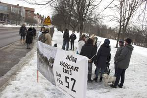En skara människor och också flera hundar samlades för att inleda manifestationen i Örtagårdsparken.