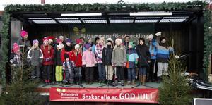 Kyrkisbarnen från Bollstabruk sjöng och tipptappade så torget gungade.