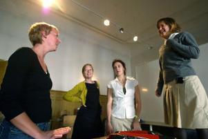 Pjäsen Sitta kvar har premiär den 16 september. Eva Massiri och scenografen Maria Stiernborg bevistar en repetition. Helena Swartling och Hanna Schön spelar tonårstjejerna Madde och Anna.