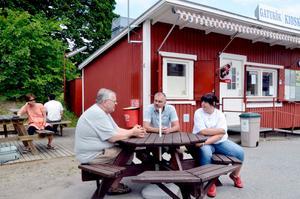 Öppet igen. Nöjda med att kunna hålla kiosken vid liv är från vänster Uno Sparr, Jörgen Ingvarsson och biträdet Angelica Holmdahl.