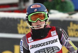 Efter två månaders frånvaro efter fallet i Åre var Mikaela Shiffrin tillbaka. Hon leder efter det första slalomåket i Crans Montana före Frida Hansdotter.