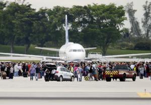 Flygplatsen är avspärrad och människor har evakuerats ut från terminalbyggnaderna.