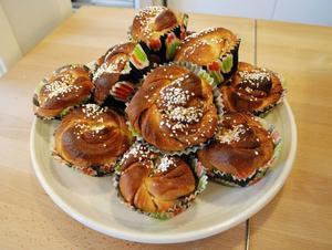 Lilla Bageriet satsar främst på matbröd. Hans-Åke tänker på fikasugna kunder och bakar också kanelbullar och några sorters kakor.