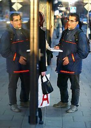Foto: ANNAKARIN BJÖRNSTRÖM Eget initiativ. Uppsalabon Jonas Dahlgren försöker övertyga gävleborna om ett ja till EMU.