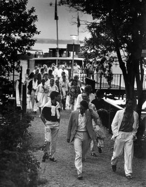 Det var dans bort i vägen .. Stans mest klassiska sommarrestaurang ligger på Elba. Stämningen var ofta hög redan på båten ut. Den här bilden är tagen en varm och skön julikväll 1986.