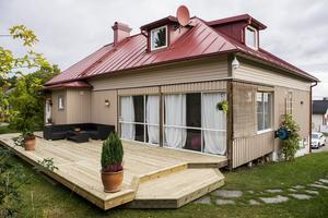 Tobias Eriksson har nyligen byggt ut altanen. Bakom glaspartiet finns ett uterum som förlänger sommarsäsongen.