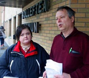 Monica Tirri Kallin (c) och Thomas Tejle (v)  tar med sig demonstranternas synpunkter och namnlistor till individ- och omsorgsnämnden.