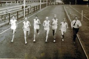 """Kring 1950 togs den här bilden på Strömvallen. Från vänster Nisse Toft, Ingvar Bengtsson, Gösta Bergkvist, Olle Åberg, Henry Eriksson, Sune """"Hållsta"""" Karlsson och Gunder Hägg."""