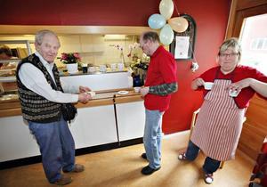 Ingvar Söderström fick hjälp att bära av Kurt Bauer och Lena Axelsson med att bära kaffet.