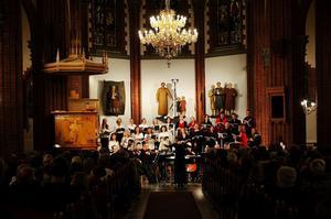 Lone Larsen dirigerar sin kör Voces Nordicae, Sundsvalls egen Ceciliae Vokalensemble, solisten Helena Ek och Nordiska Kammarensemblen i Fredrik Sixtens svenskklingande juloratorium.