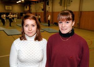 Linda Carlsson spelar fotboll i tonåren. Här är hon tillsammans med Madelene Göras.
