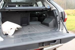 Koleos har en praktisk baklucka som öppnad blir ett lastgolv. Bra sittplats vid fikapaus och god hjälp när tunga saker ska in.