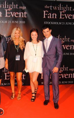 Josephine Qvist (till vänster) och Ida Österberg (mitten) bredvid Taylor Lautner som spelar varulven Jacob Black.