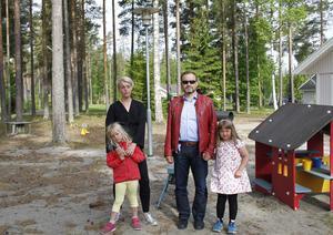 Kristin Åmansson med dottern Felicia och Rolf Johnny Dale med dottern Liv på Älvstrandens förskolas uteområde där de menar att belysningen är bristfällig.