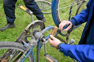 Polisen kollar ramnummer på cykel.