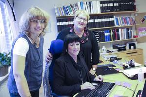 Personalchefen Anna-Karin Mässing (sittande) och personalkonsulenterna Maria Ersbacken och Margareta Ernstsson har som mål att sjukfrånvaron nästan ska halveras. Lyckas projektet kan kommunens kostnader minskas med tiotals miljoner.
