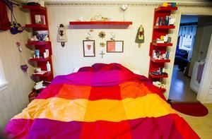 Naturligtvis tar de rosa-röda nyanserna sovrummet i besittning.
