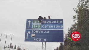 Emil Larsson har filmat Rackartygarna under hela deras sommarturné Bob Fusion. Den här bilden är från andra filmen då de åkte till Östersund. Emil vill förmedla känsla i filmerna och visa vad Rackartygarna gör och hur de beter sig när de inte står på scen.
