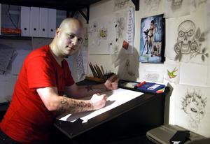 Flera timmars förberedelser vid ritbordet krävs för varje tatuering, men Alexander älskar att teckna. BILD: BIRGITTA SKOGLUND