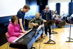 Peter Starefeldt hjälper Moa Jonasson vid keyboarden.