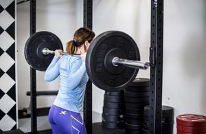 Allt fler kvinnor styrketränar - nu ska forskare vid Högskolan Dalarna ta reda på varför.