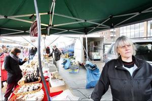 Marie Hansson på Ost & Vilt hade en ström av besökare under höstmarknaden i Östersund där många småföretagare bjuder ut sina varor.